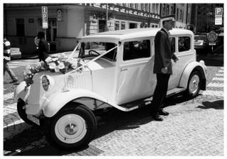 autí co vezlo nevěstu na radnici a novomanželata na hostinu:-), foto: Andrea Hudečková