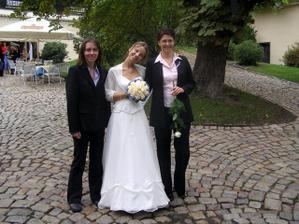 Napravo moje svědkyně Lucka - moc díky, bylas mou velkou oporou :-). Nalevo naše společná kamarádka Áďa - ještě jednou holky díky za úžasný svatební dar :-)