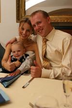 Nejmladší člen svatební hostiny - můj (teď už vlastně náš :-)) synovecTomík :-). Bylo to naprosto úžasný sluničko :-)