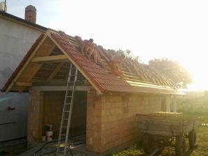 Chlapi dokončili strechu na garáži a kôlničke