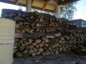 a končene sme mohli začať ukladať drevo....