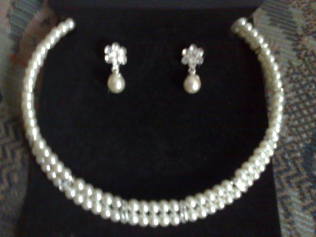 Možno takéto... 5.6.2009 - moj náhrdelníček z nauškami (krémové perličky)