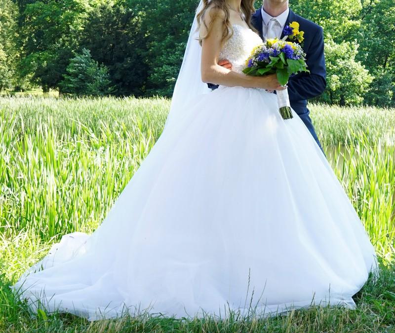 Bílé svatební princeznovské šaty - Obrázek č. 1