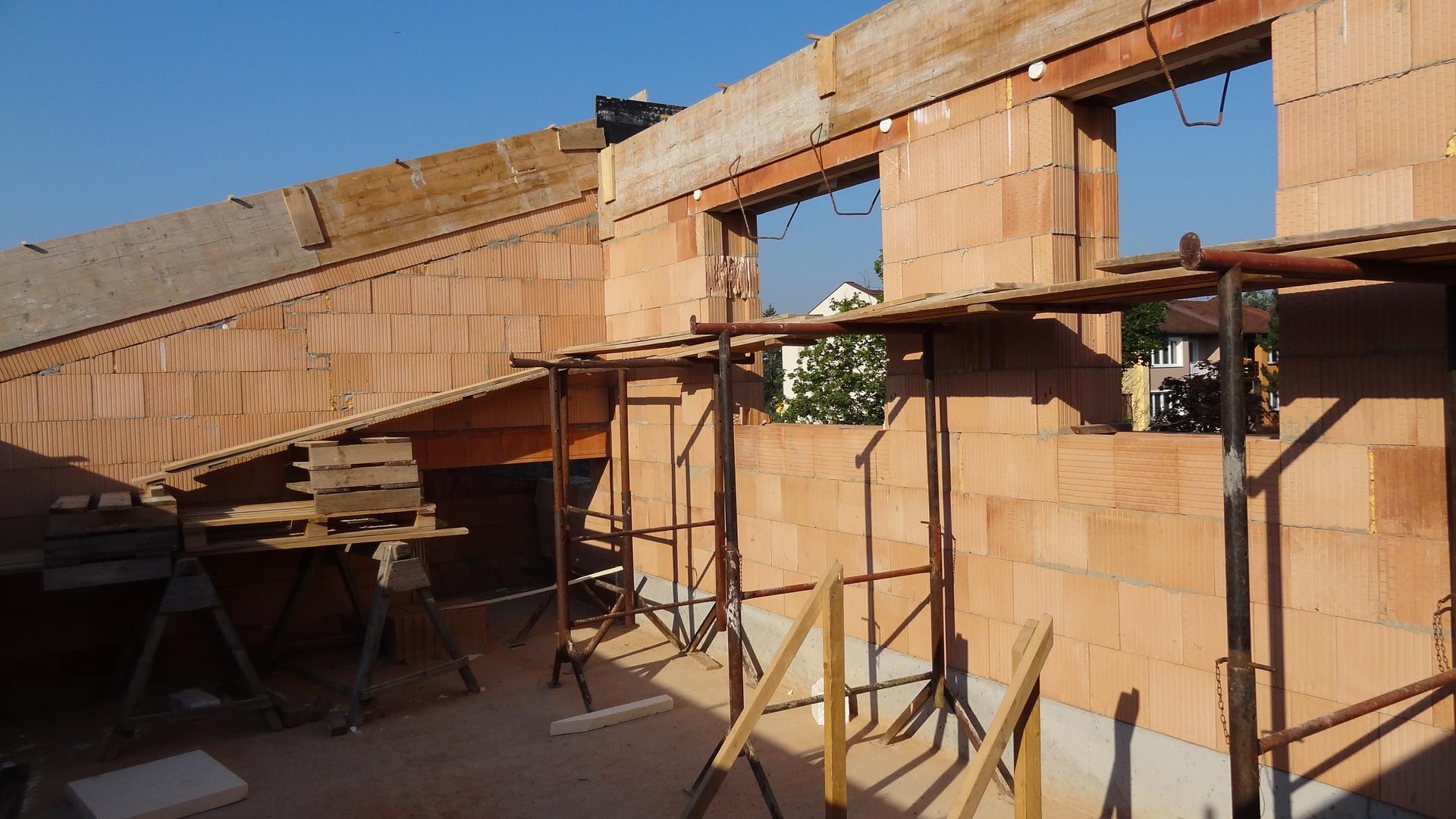 Stavba domečku pokračuje - Patro už bude vyzděné...