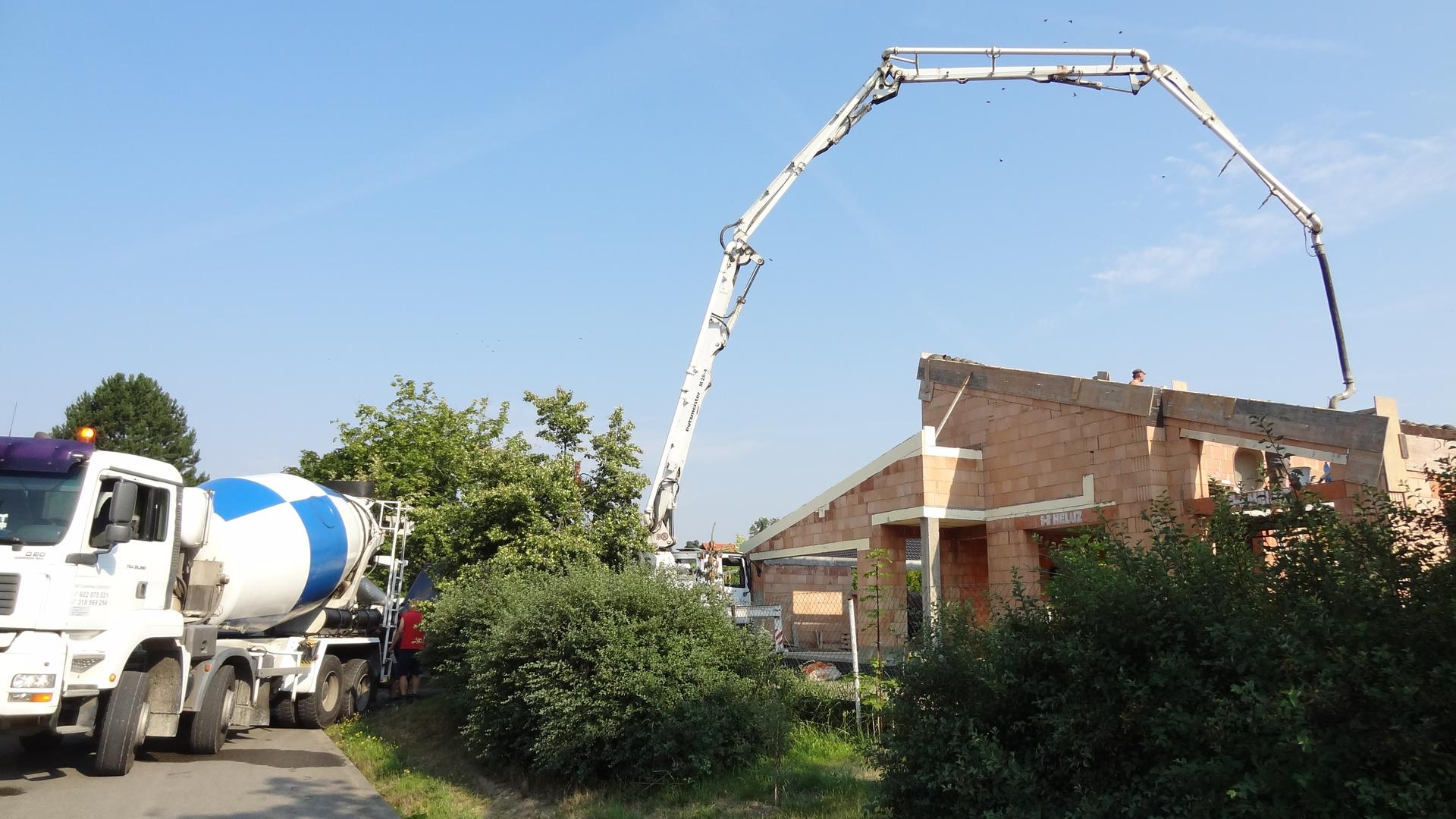 Stavba domečku pokračuje - Ještě že má tak dlouhou ruku