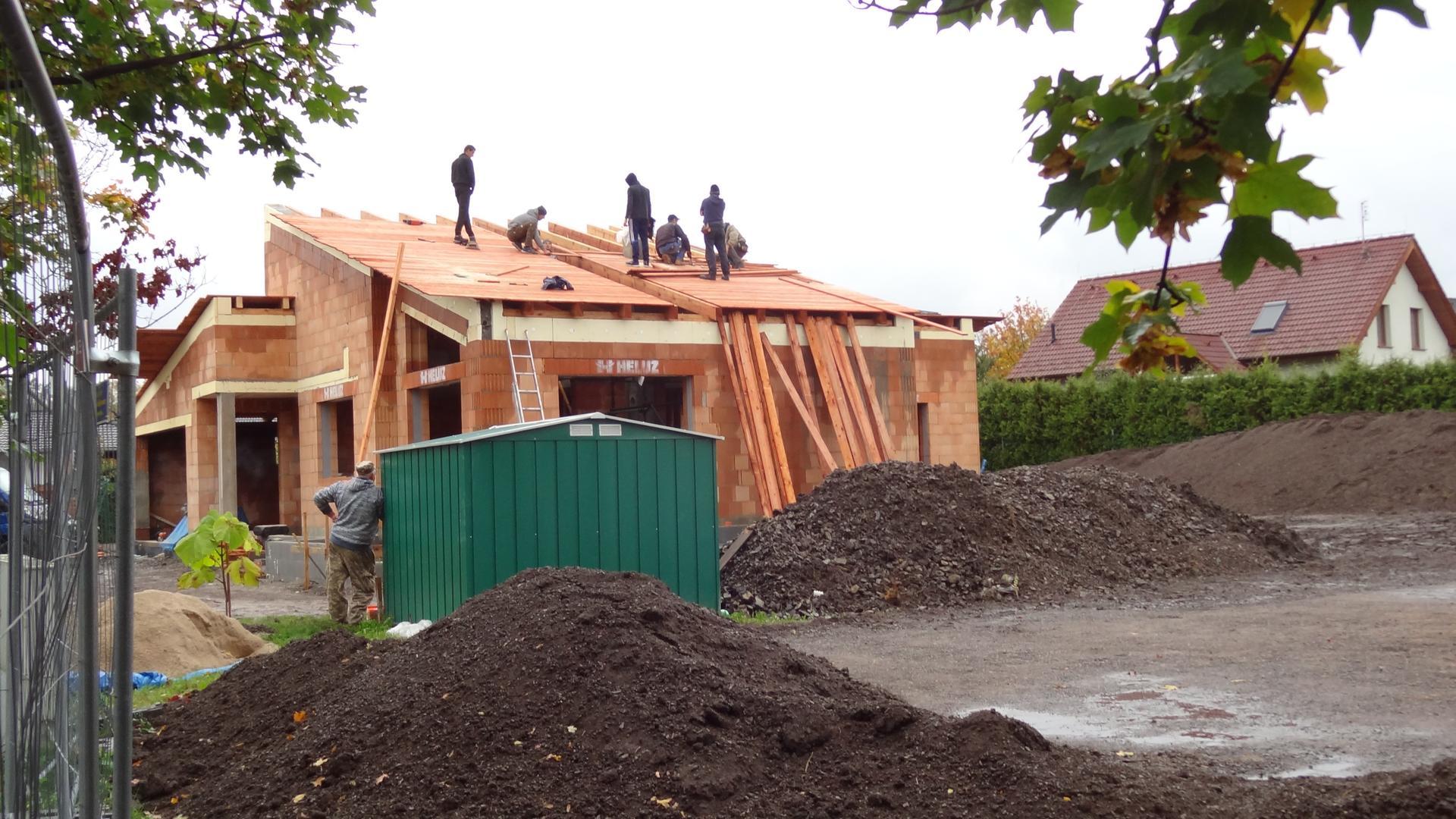 Stavba domečku pokračuje - Laťování.