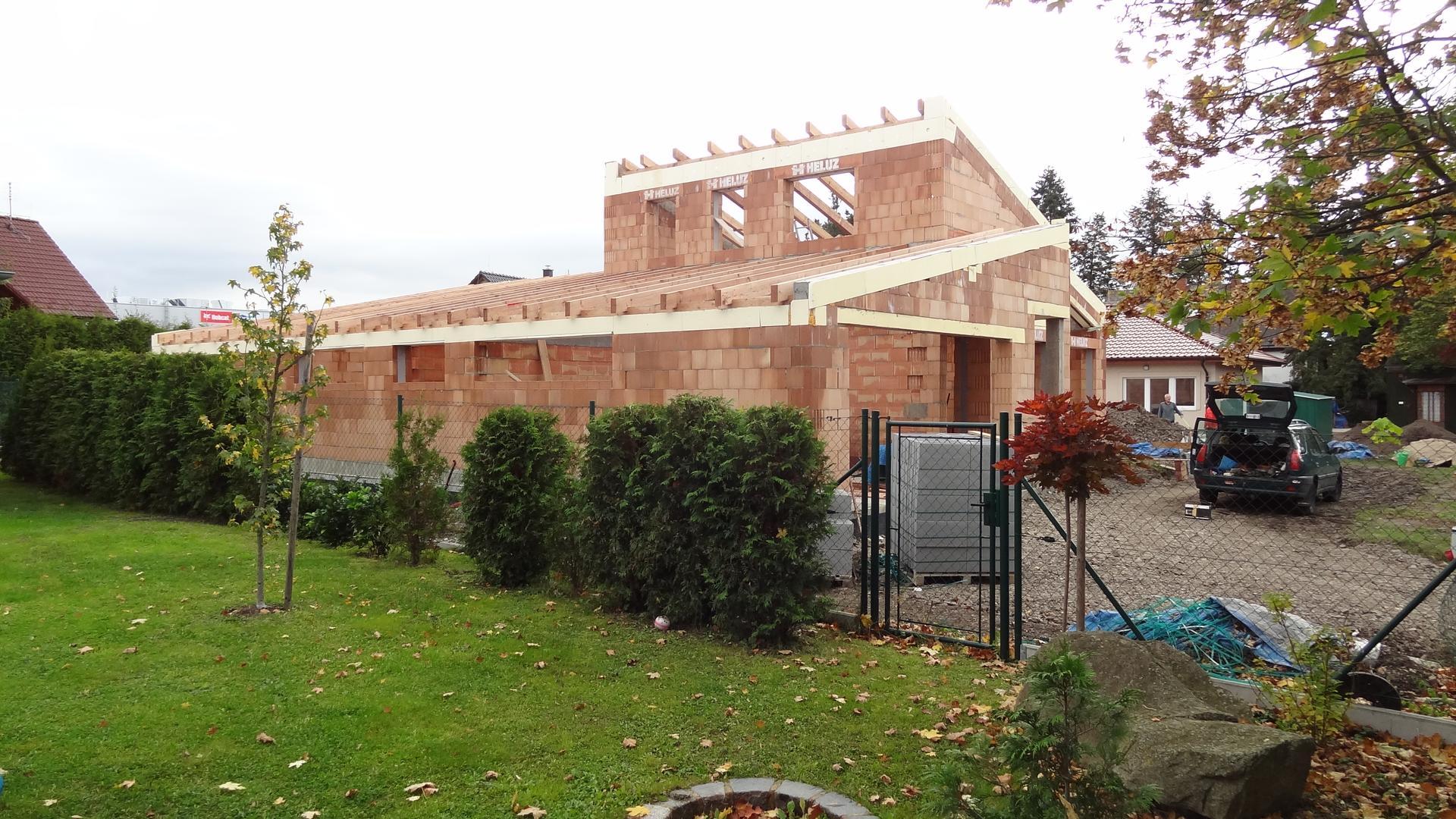 Stavba domečku pokračuje - Položení krovů