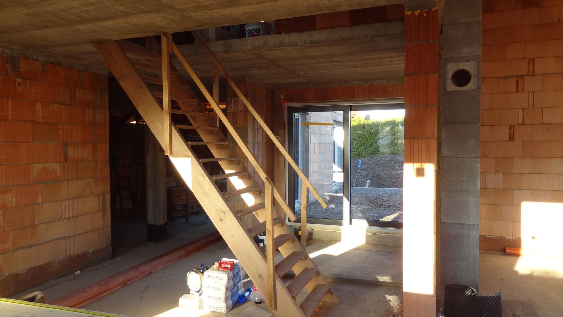 Stavba domečku pokračuje - Teď už jen elektřina, voda, omítky, podlaha, krb, stropy, koupelny, dlažba, fasáda, terasy a je to :)