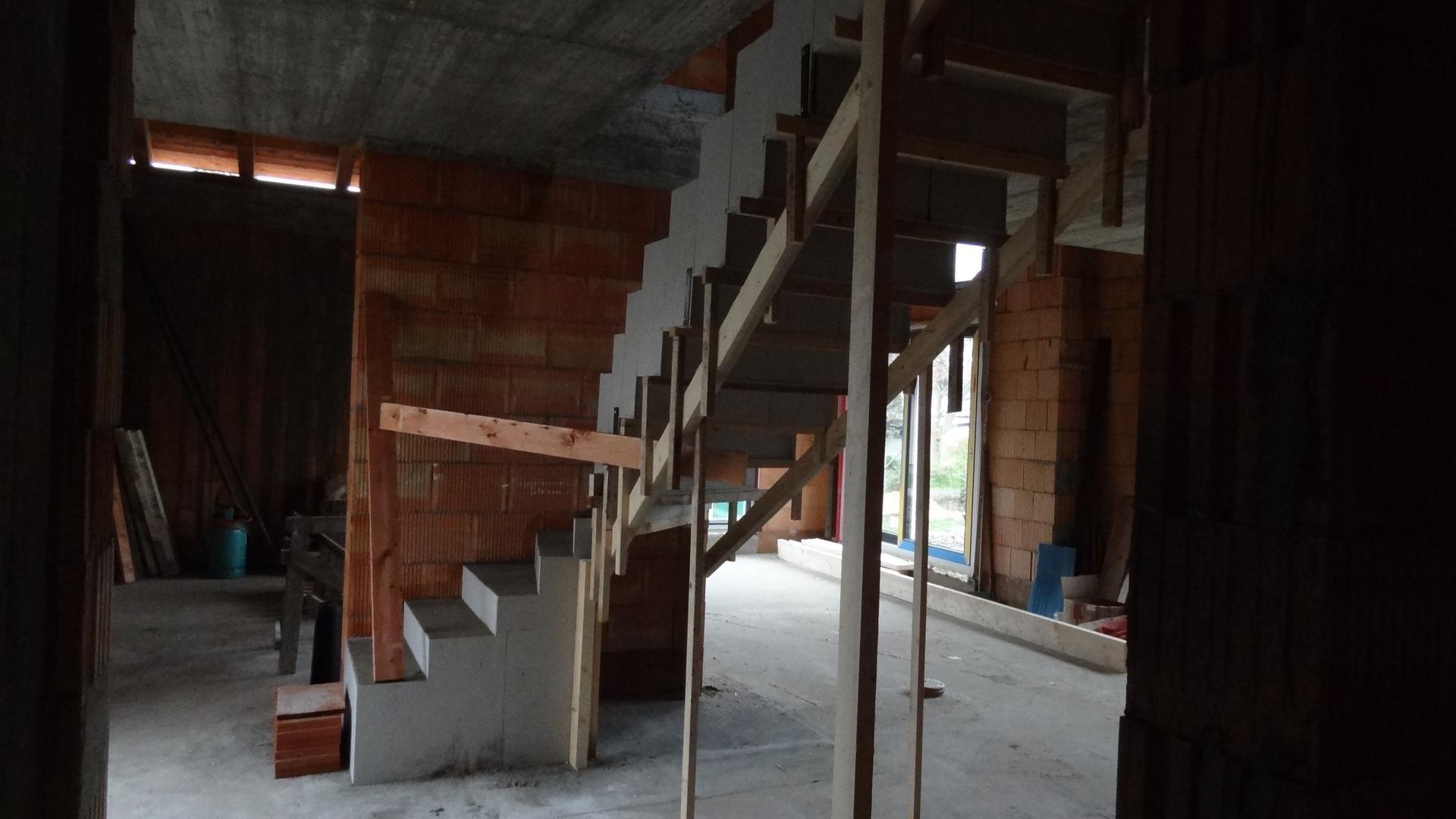 Stavba domečku pokračuje - Snad to bude držet :)