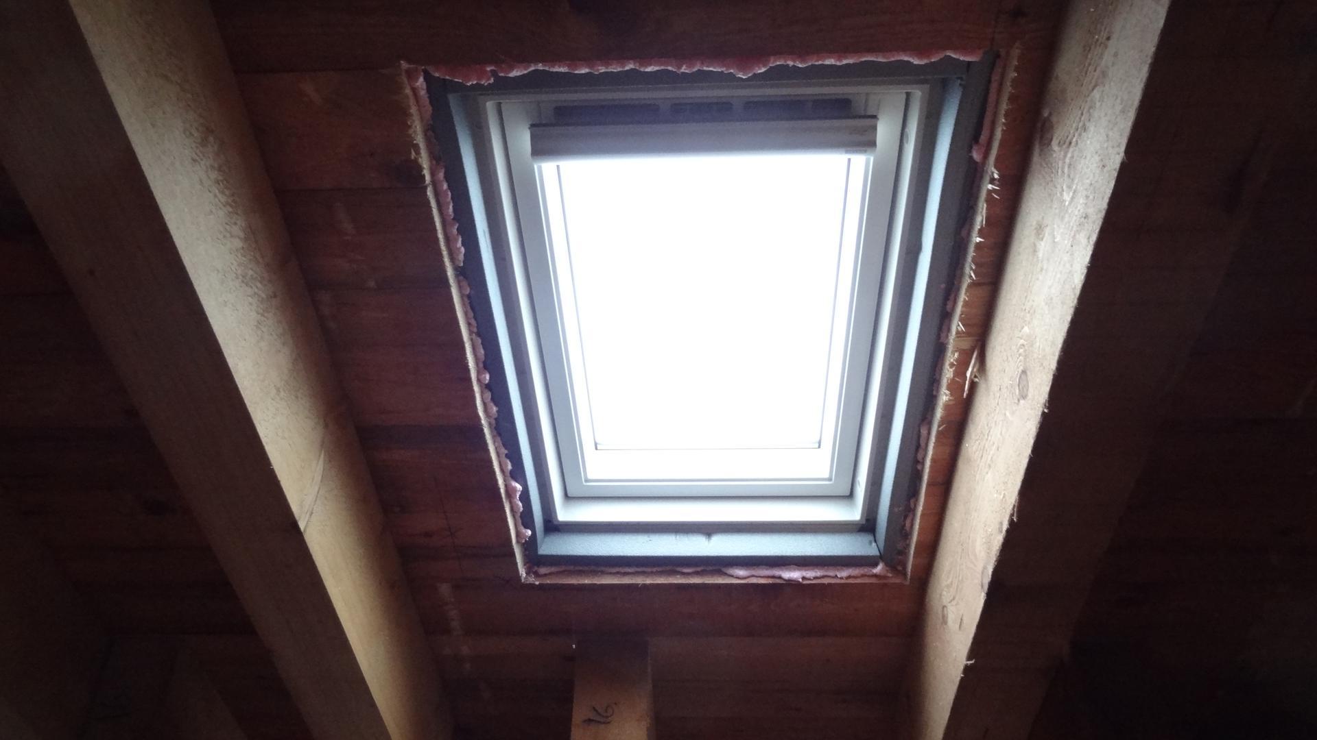 Stavba domečku pokračuje - Střešní okno v koupelničce
