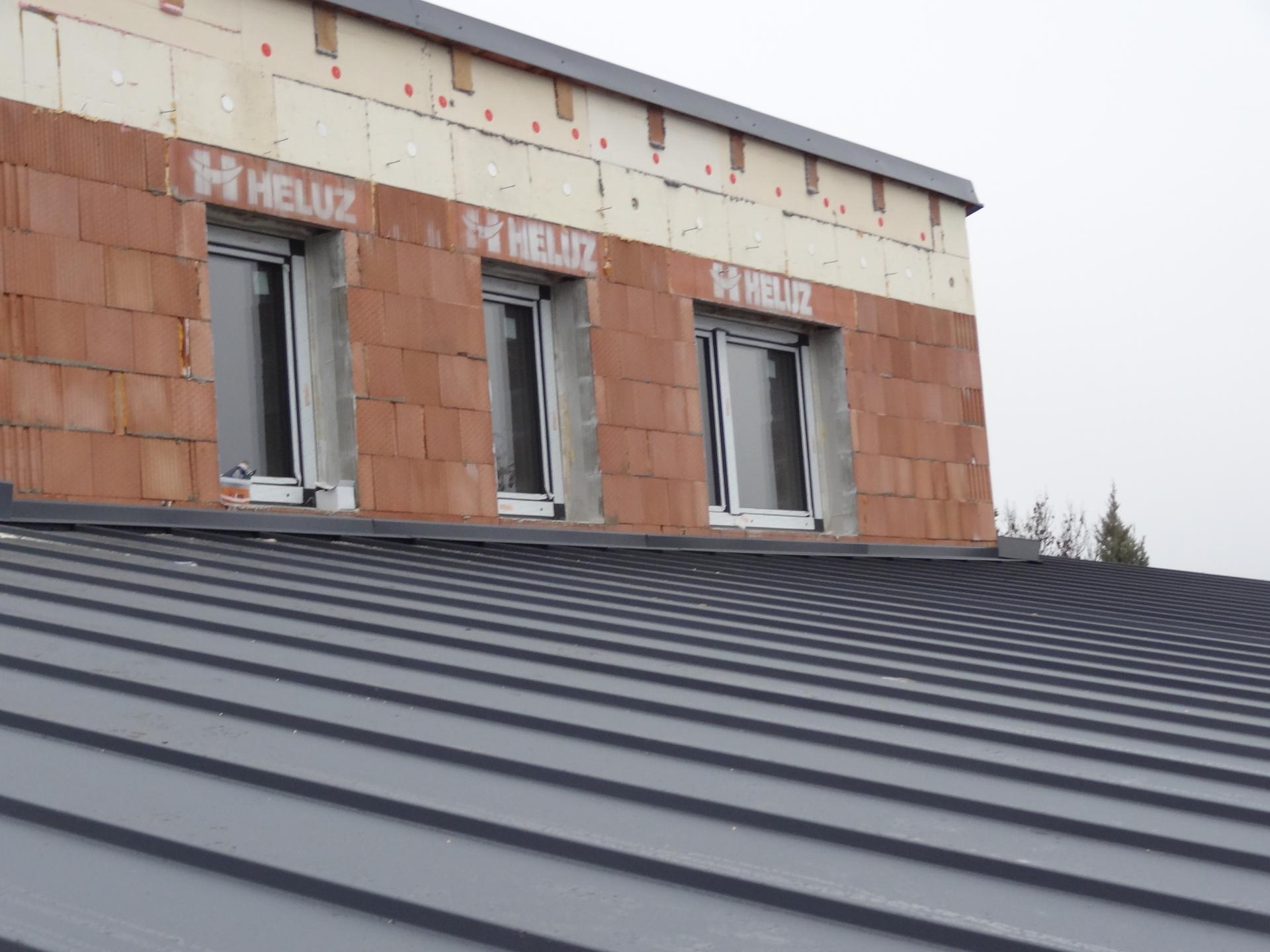 Stavba domečku pokračuje - Střecha okolo patra