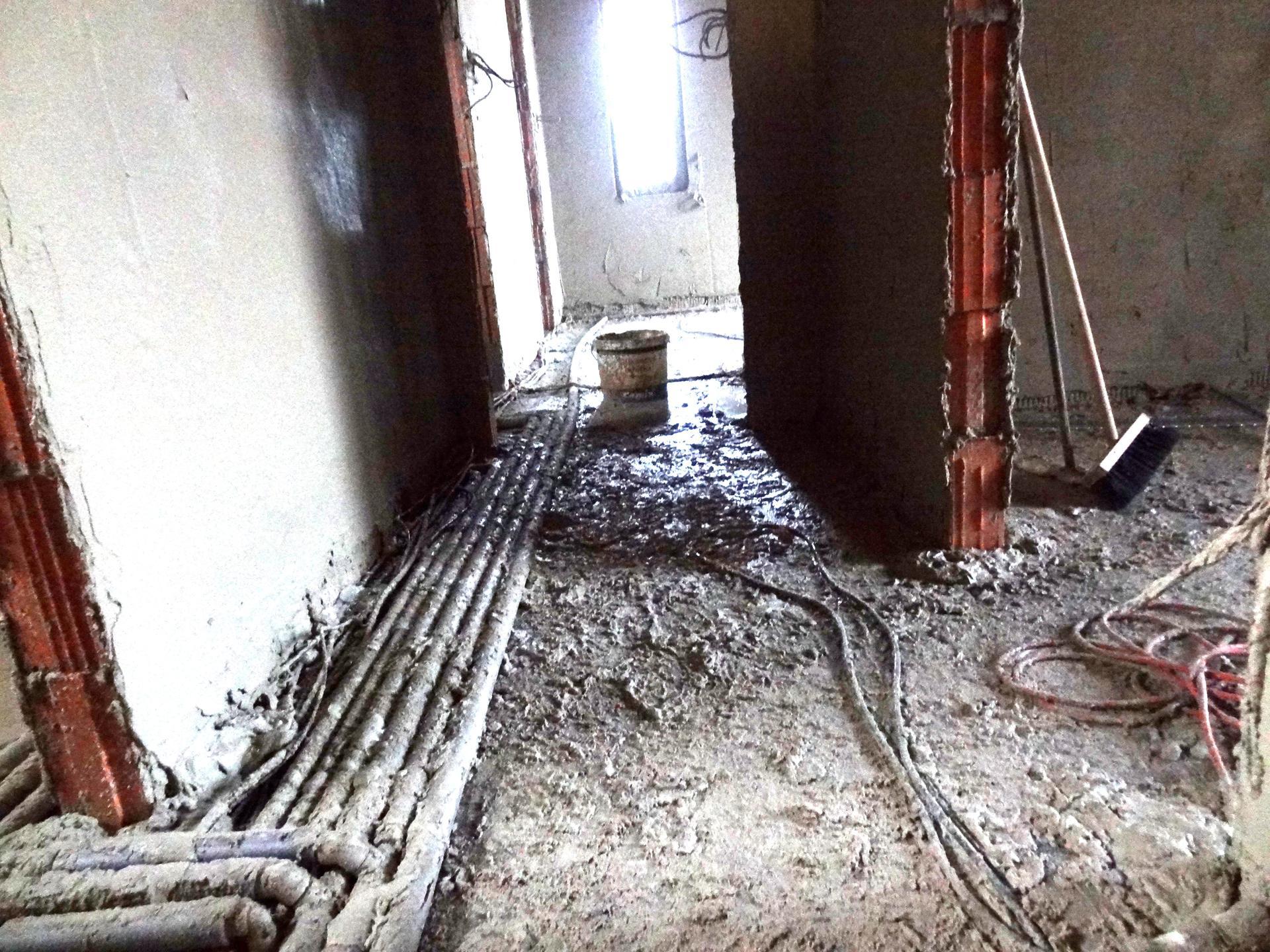 Stavba domečku pokračuje - Omítky, včera jsem zametala, aby tam nebyl před příchodem pánů nepořádek...