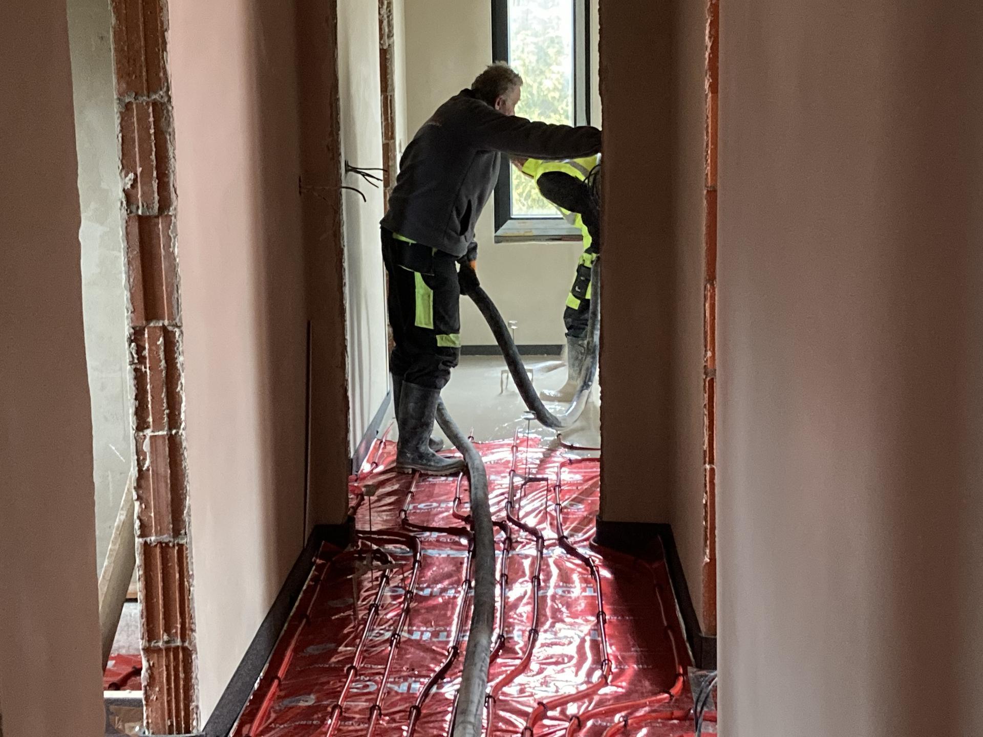 Stavba domečku pokračuje - Lití podlah