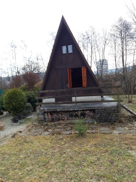 záhrada s murovanou chatkou - Obrázok č. 1