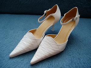Takéto topanočky mám, len bledunko bežové, a práve ich rozchádzam...