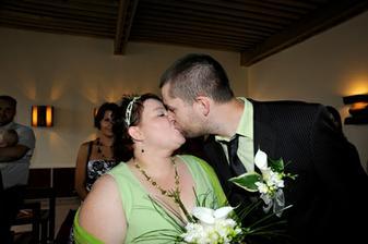 novomanželský polibek (to by asi nikdo nepoznal, co? ;-) )