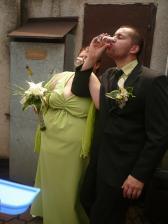 první a poslední fotka, která zachycuje ženicha řádně panáčkovat..(a jak se mu pak ten talíř metl..a musel hned dvakrát za sebou.. ;-) )