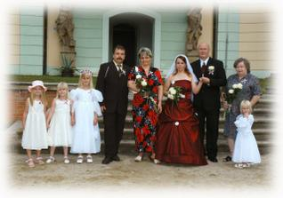 Rodiče nevěsty, maminka ženicha a naše družičky
