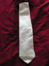 Ženichova kravata s košilí( na svatbu ji asi vyžehlíme)