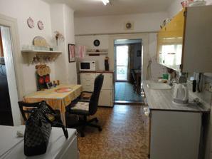 Kuchyňa, za ňou prístavba (hosťovská) a presklenné dvere na záhradku