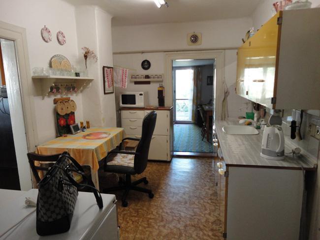 Domov - Kuchyňa, za ňou prístavba (hosťovská) a presklenné dvere na záhradku