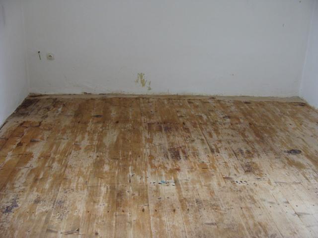 Domov - Po odtránení dvoch vrstiev gumolitu sme objavili zachovalú drevenú podlahu - žial v miestach, kde stál ťažký nábytok bez nožičiek bolo drevo spráchnivené