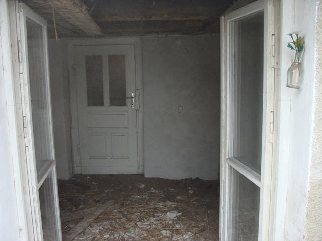 Domov - Manžel odkrýva strop - bol príliš nízky. Urobil dobre, našli sme síce trošku zničené ale predsalen krásne trámy