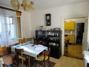 Obývačka, za ňou kuchyňa a vchod do spálne - stav pri kúpe