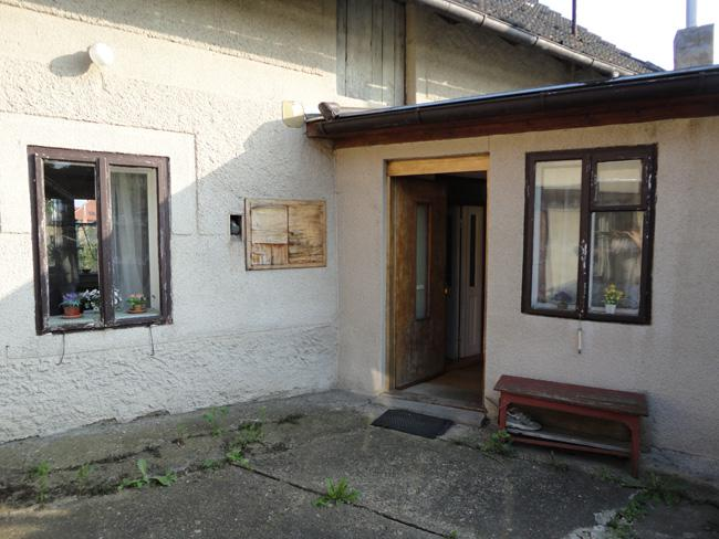 Domov - Hlavný vchod do domčeka