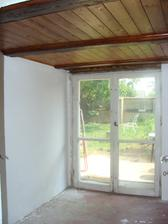 Ja maľujem, už aby tu boli nové dvere a položila sa podlaha