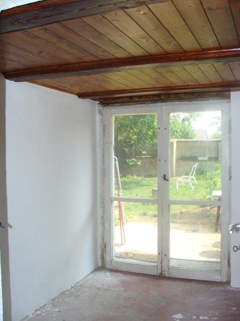 Domov - Ja maľujem, už aby tu boli nové dvere a položila sa podlaha
