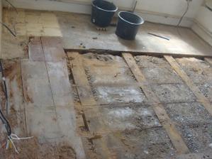 Našli sme zmes dreva, izolácie, štrku, dlažby a tenkého betónu