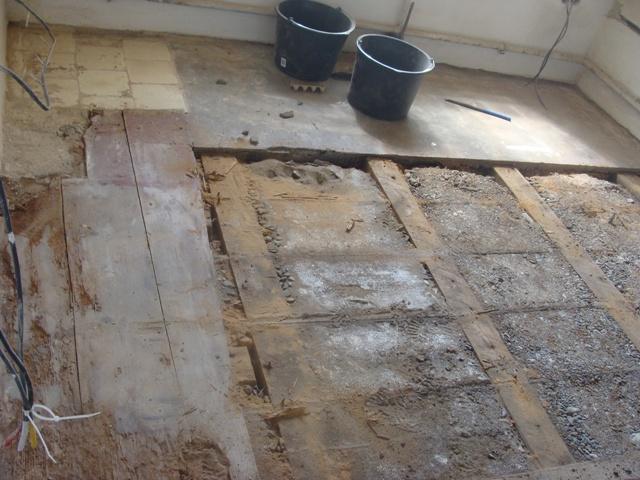 Domov - Našli sme zmes dreva, izolácie, štrku, dlažby a tenkého betónu