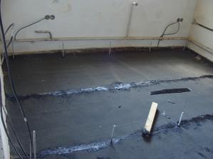 Zároveň zalial betónové ministĺpčeky, na ktoré sa položia hranoly