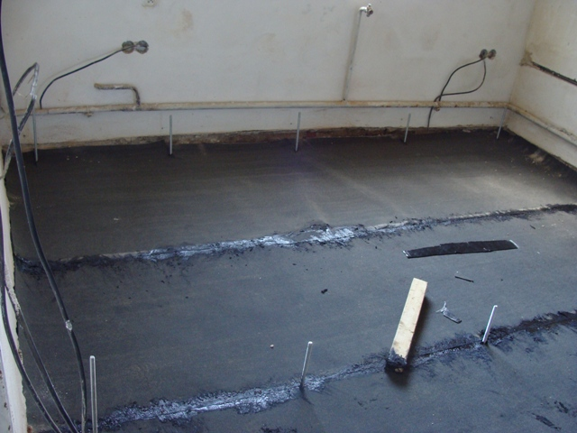 Domov - Zároveň zalial betónové ministĺpčeky, na ktoré sa položia hranoly