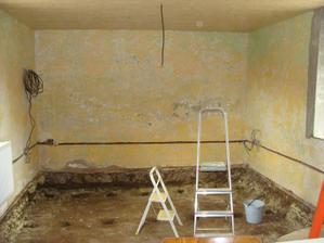Podlaha hotovo, otvory pre betónové petky hotové, steny ošúchané