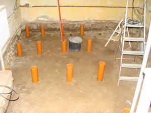 Manžel začal betónovať stojky na hranoly