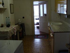Povodné dvere boli zbytočne široké, celé prežraté a na manžela nízke