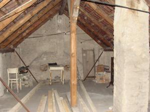 Podkrovie - buduca detská izba vpravo