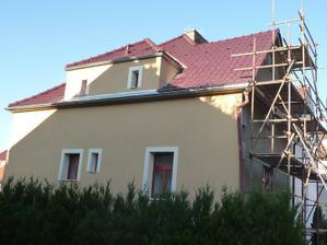 lešení přendáno na čelní stranu domu :)