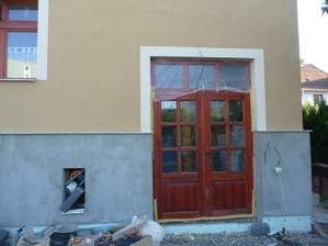 všimněte si spodního okýnka...co všechno se tam nevejde!?!! :)) nad dveře přijde pergola
