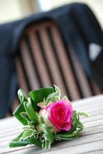 nádhera, ženich nakonec nechal růžičku na střeše auta - takže celý den měl jen mirtu - no není to škoda :-(