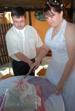 nakrojení svatebního dortu