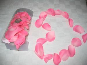 Látkové lupínky růží na výzdobu našeho stolu