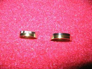 Konečně máme prstýnky, jsou kááásné! Dva proužky z bílého a žlutého zlata, já se třemi kameny