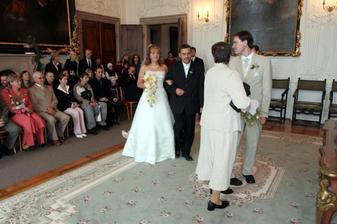 """taťka vede nevěstu k """"oltáři"""""""