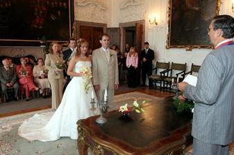 pár fotek z obřadu v nádherném Španělském sále. Před panem oddávajícím je vidět mistička na prstýnky s lilií.