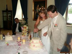 krájení svatebního dortíku-mandlovka navrchu moc nedržela, takže jsme ho museli sníst co nejdříve