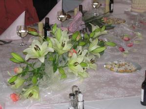 detail výzdoby v restauraci-uprostřed dekorační látka z Ikea, posypaná lístečky růže