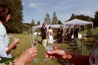 Požádali jsme svědky o krátký proslov (přípitek) k nám i všem svatebčanům. Tím oficiální část skončila.